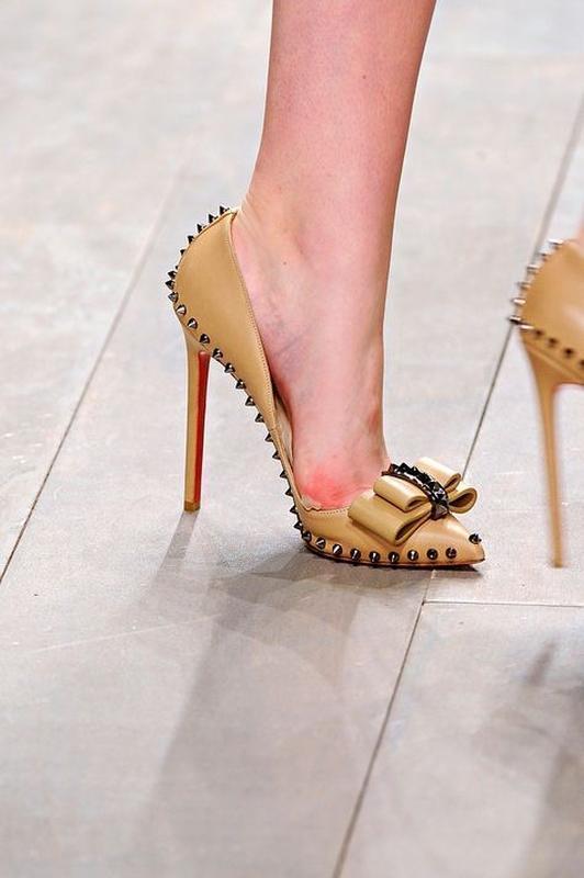 Туфли,лодочки на шпильке,красной подошвой в стиле christian lo...