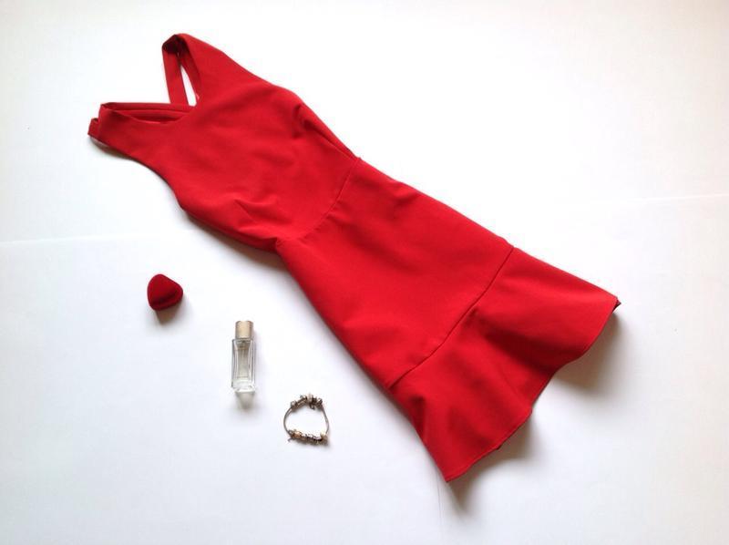 Красное платье с открытой спиной zara