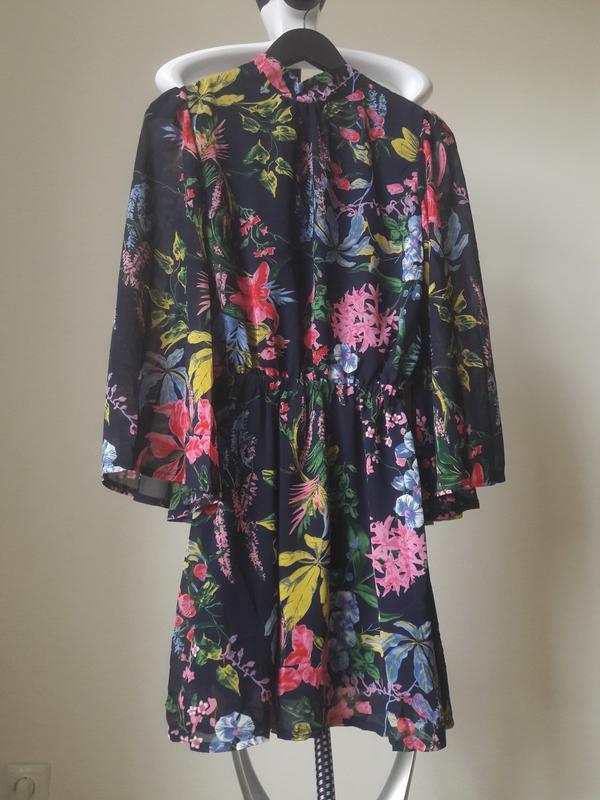 Шифоновое цветочное платье с открытой спинкой