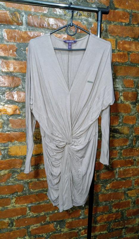 Платье в спортивном стиле с драпировкой перехлестом на талии