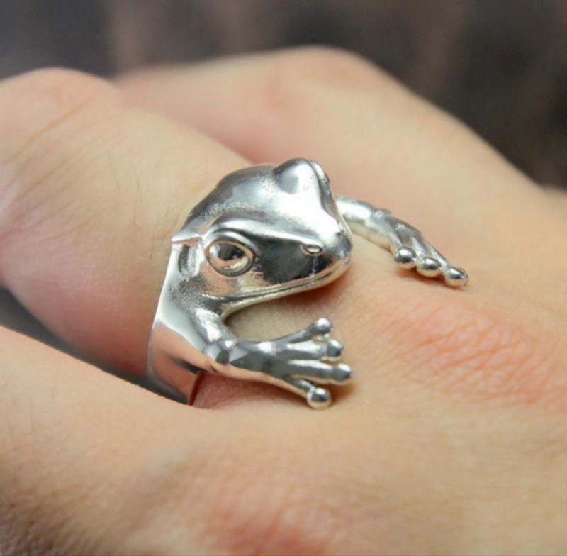 Кольцо в виде лягушки.