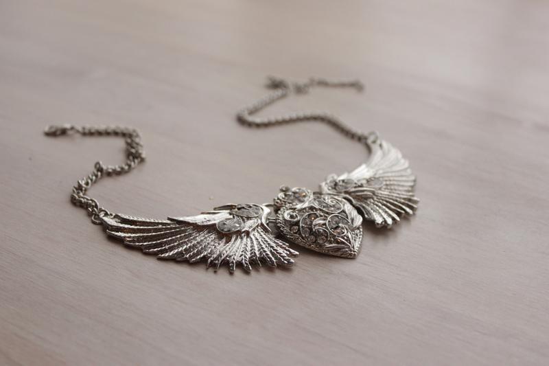Колье сердце с крыльями серебристое