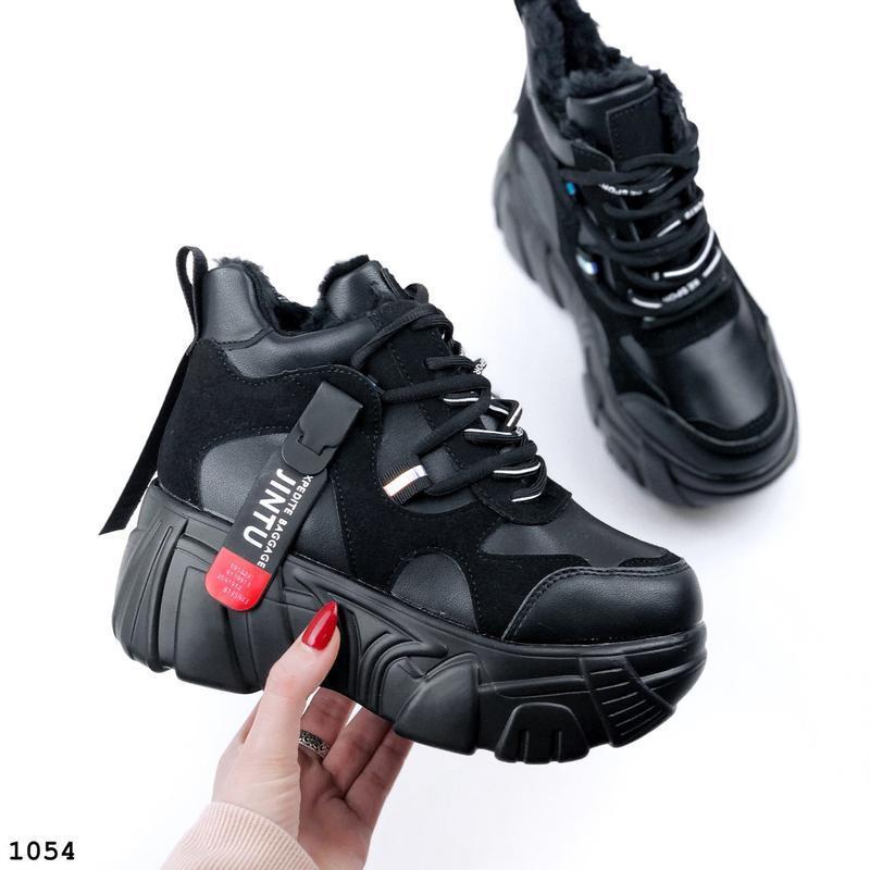 Стильные зимние кроссовки на массивной подошве