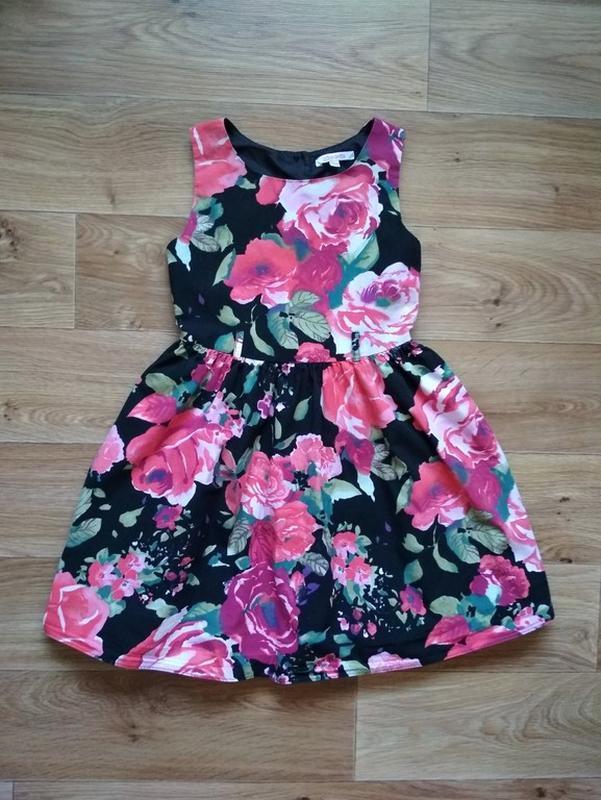 Нарядное платье в розах
