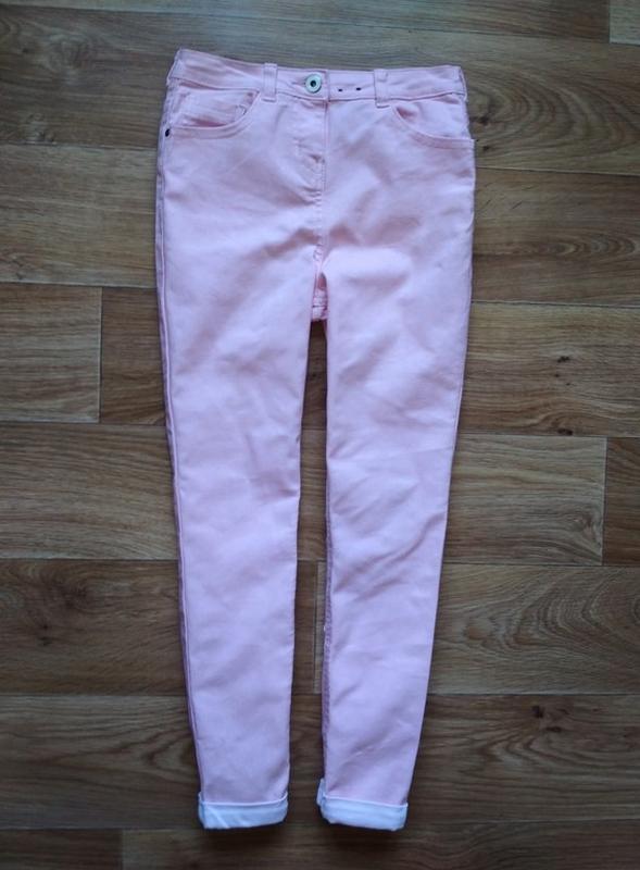 Стильные джинсы с подкатом