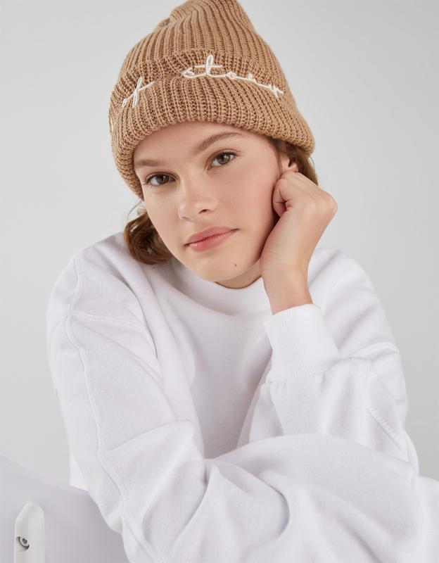 Вязаная шапка со слоганом bershka
