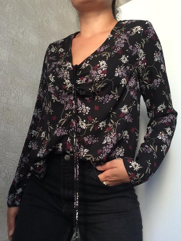Черная блузка с длинным рукавом в цветочный принт