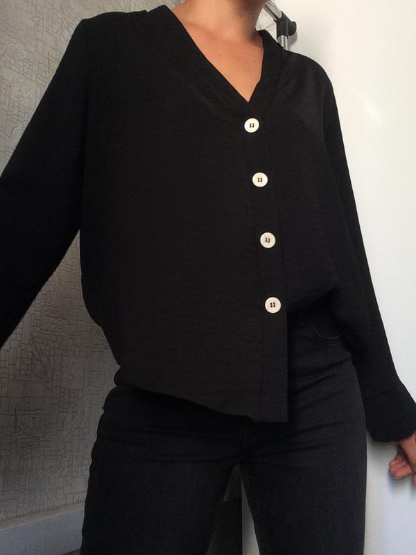Черная блузка с v-вырезом
