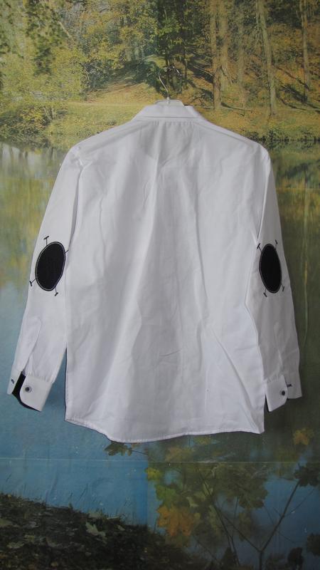 Белая рубашка с налокотниками для мальчика - Фото 2