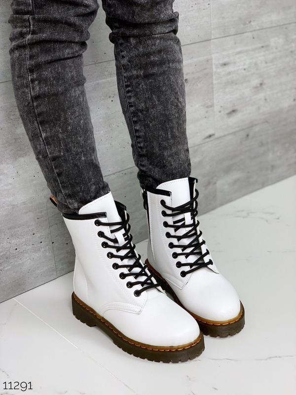 Демисезонные ботинки мартенсы белого цвета