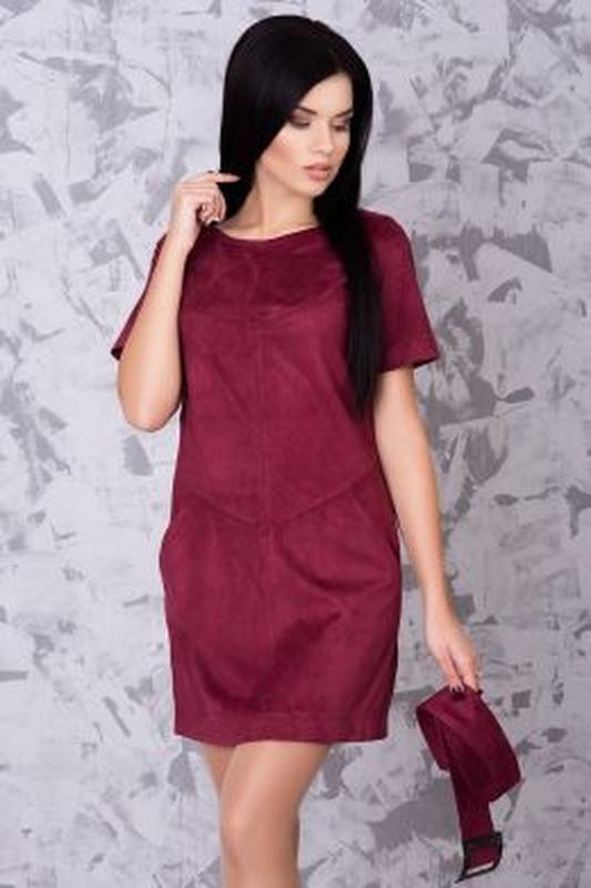 Короткое замшевое платье красивого винного цвета, марсала, бордо