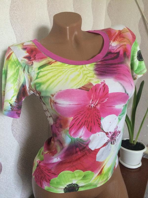 Модная футболка в цветочный принт