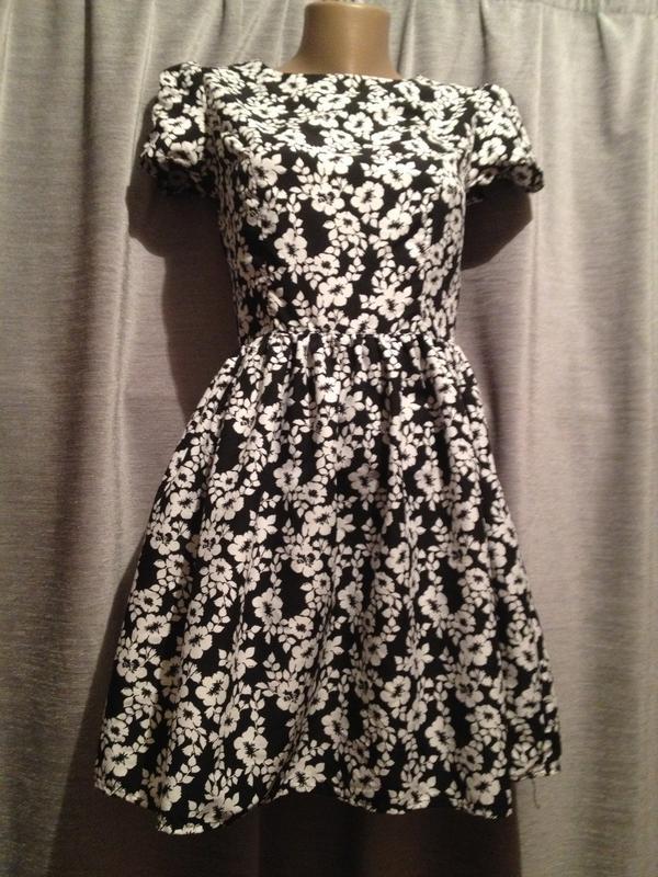 Оригинальное платье с цветочным принтом.280