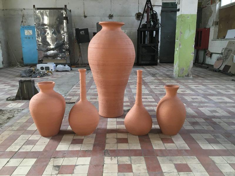 Большие напольные вазы и кувшины под интерьер