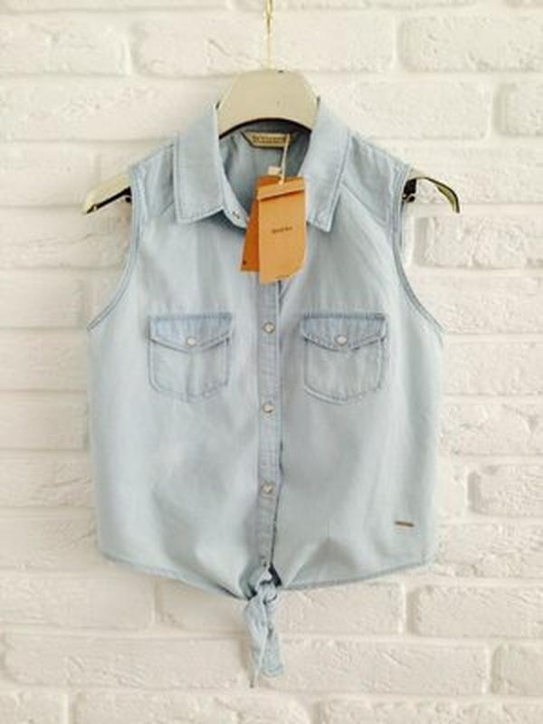 Новая джинсовая голубая жилетка рубашка без рукавов с завязкой...
