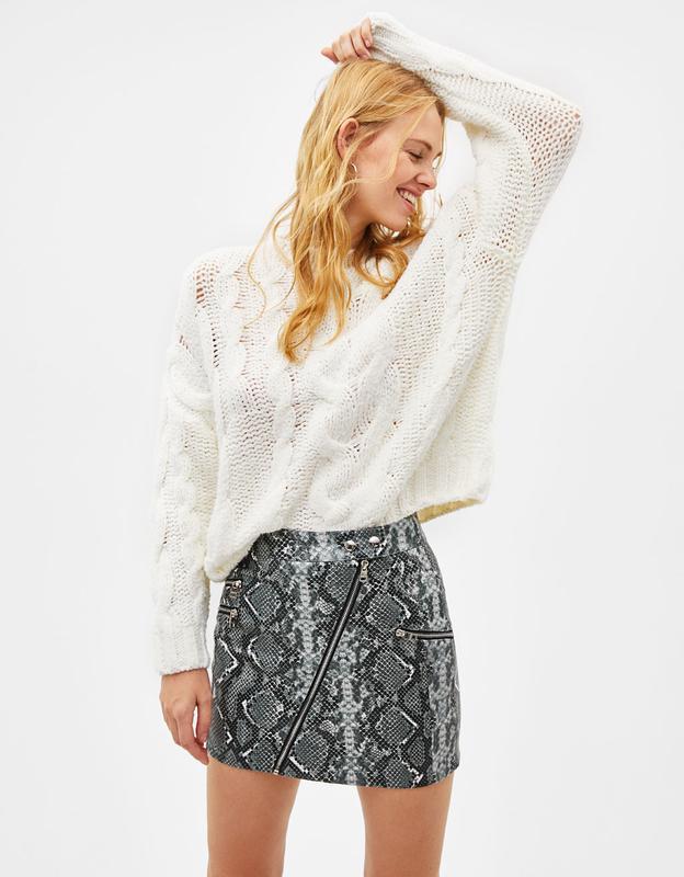 Кожаная мини юбка со змеиным принтом bershka
