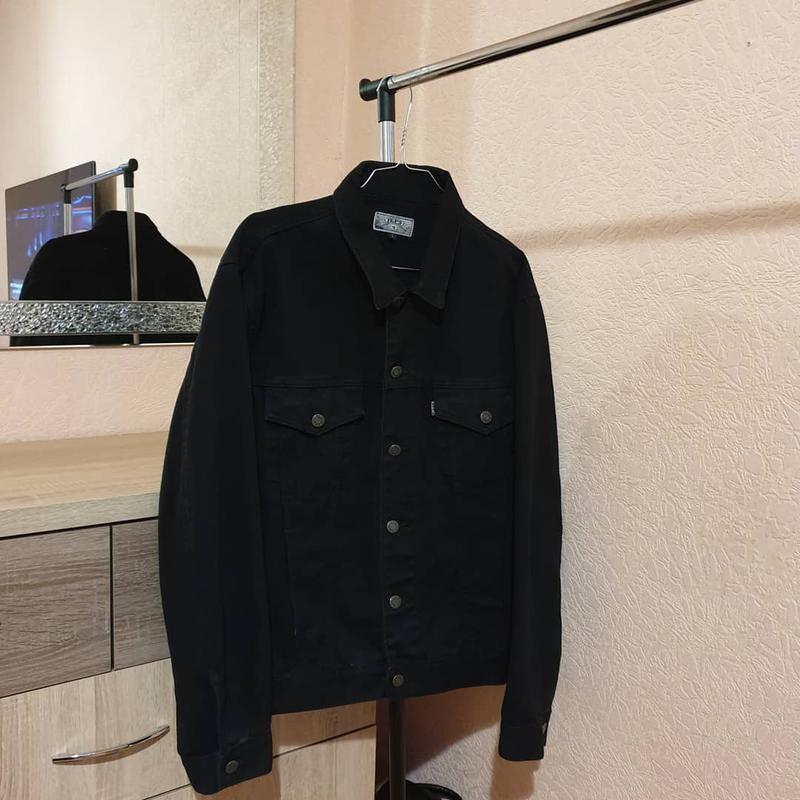 Чёрная джинсовая куртка