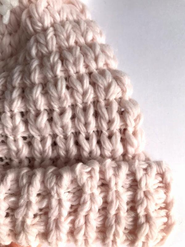 Мягкая  интересная шапка бини фактурной вязки, с большим помпо... - Фото 3