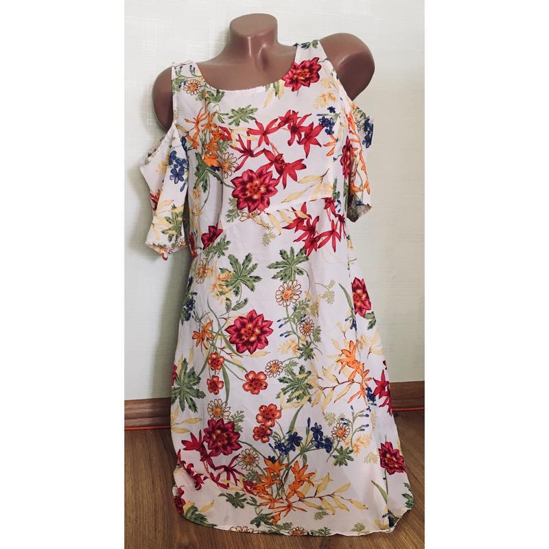 Новое легкое цветастое платье с открытыми плечами с биркой