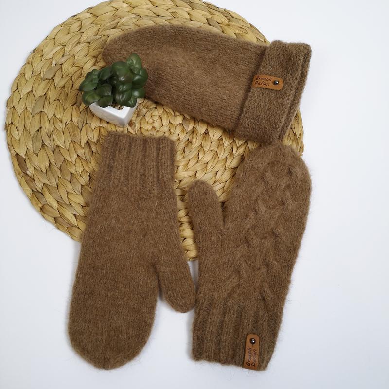 Теплый вязаный зимний набор коричневый варежки и шапка альпака...