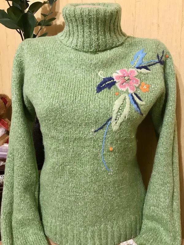 Красивый тёплый свитер с вышивкой
