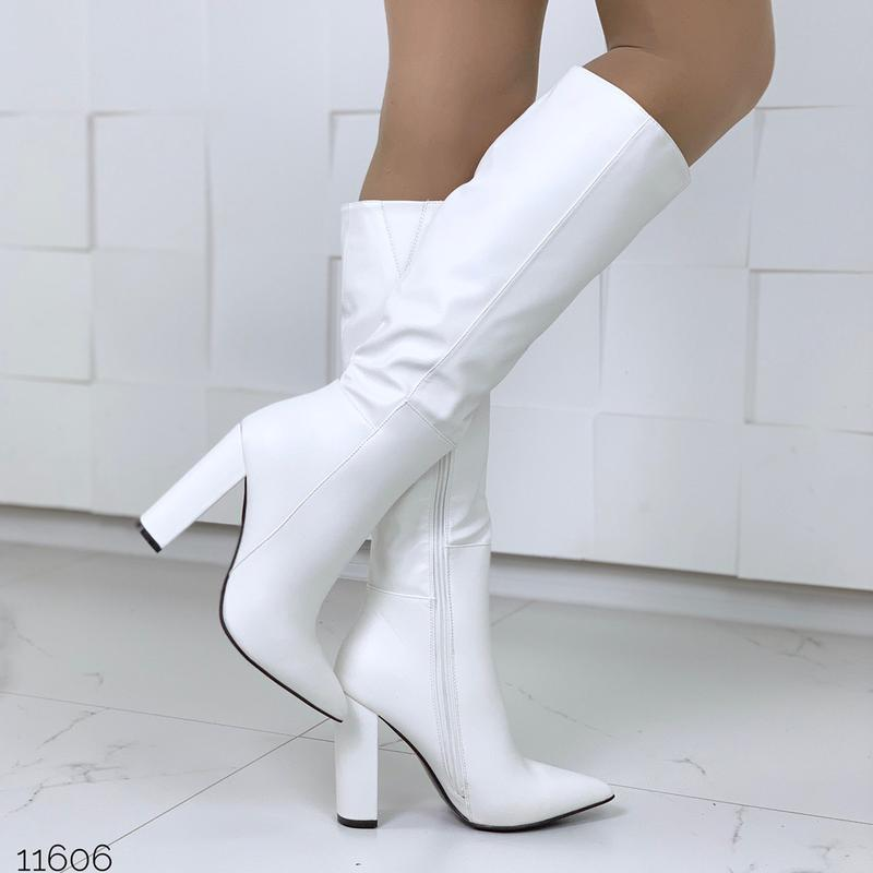 Шикарные белые сапожки деми на каблуке