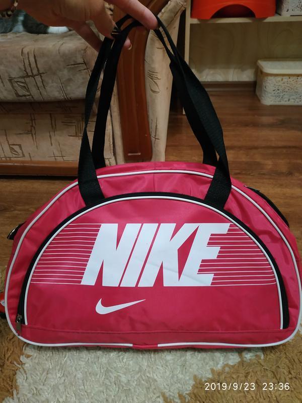 Яркая спортивная или дорожная сумка
