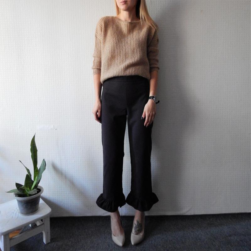 Трендовые укороченные брюки с рюшой zara