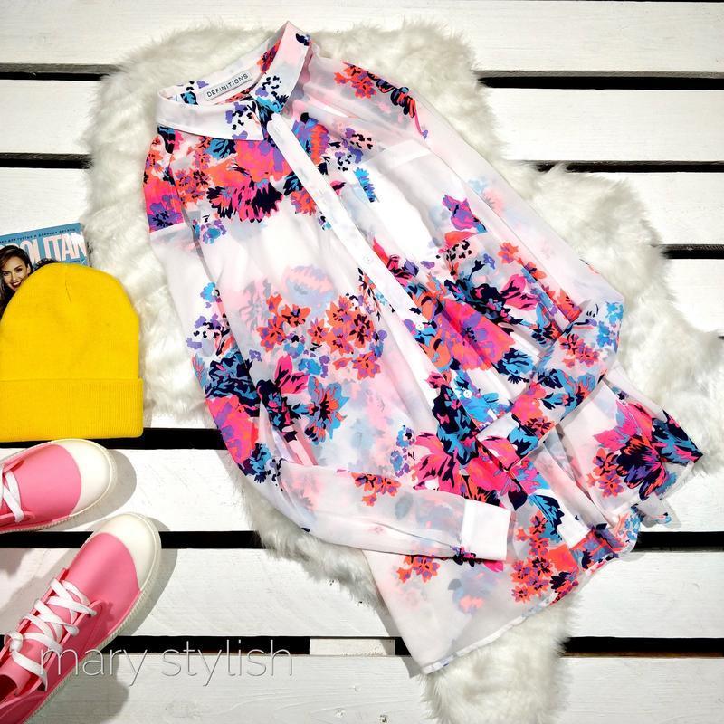 Красивая шифоновая блузка в цветы светится