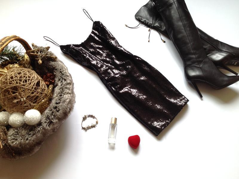 Чёрное платье мини в пайетки prettylittlething