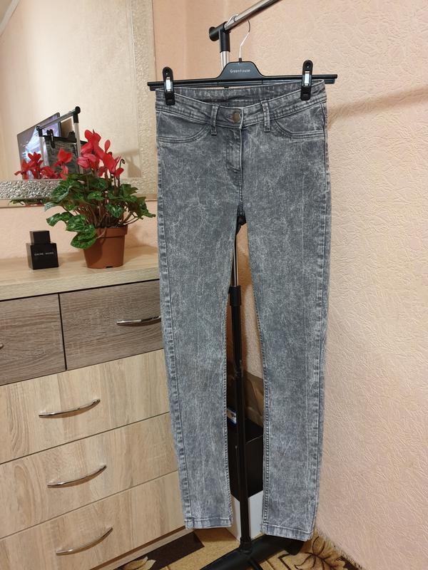 Серые джинсы skinny