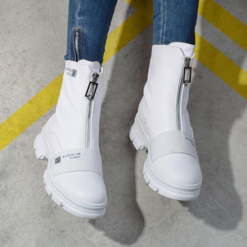 Шикарные белые ботинки ботики