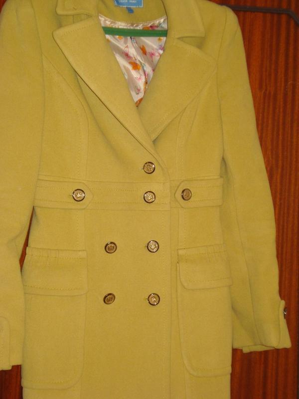 Пальто женское. S-размер (44) горчичного цвета
