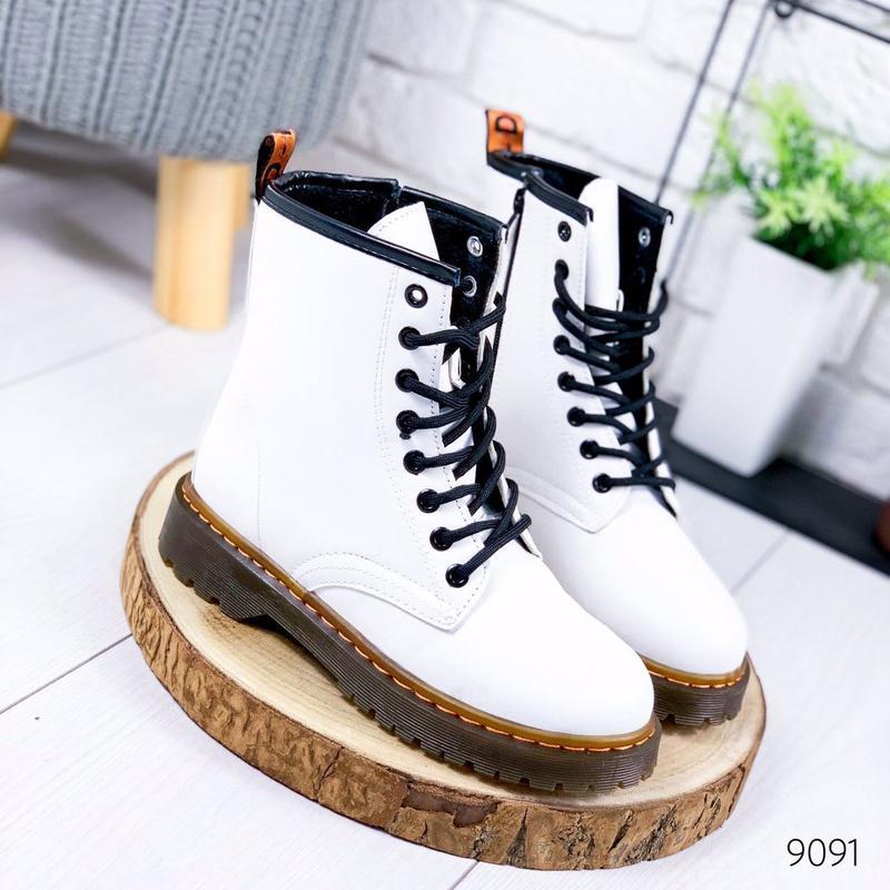 Стильные высокие белые ботинки на шнуровке