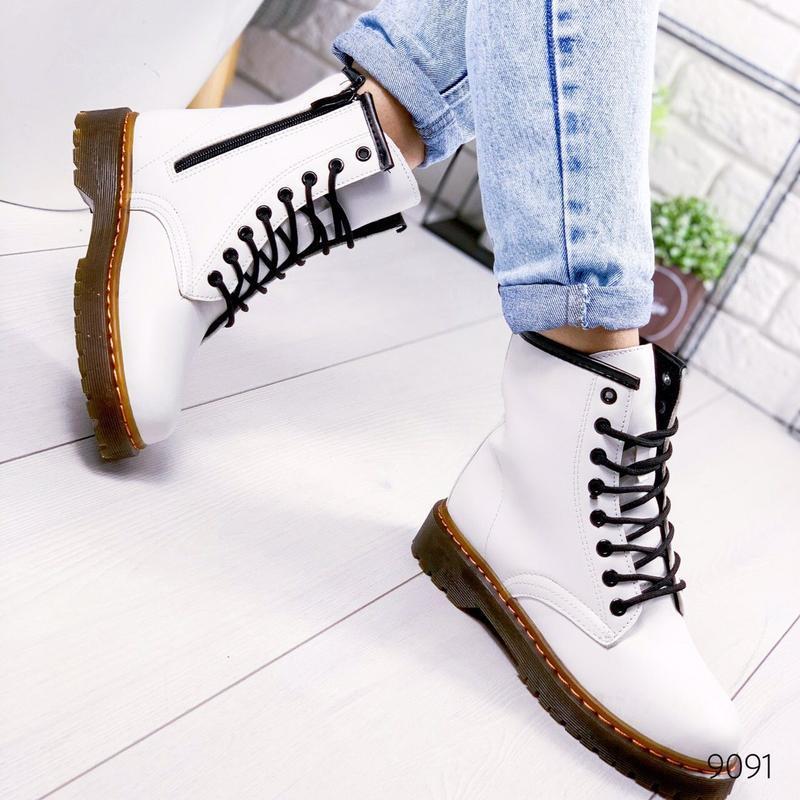 Стильные высокие белые ботинки на шнуровке - Фото 4