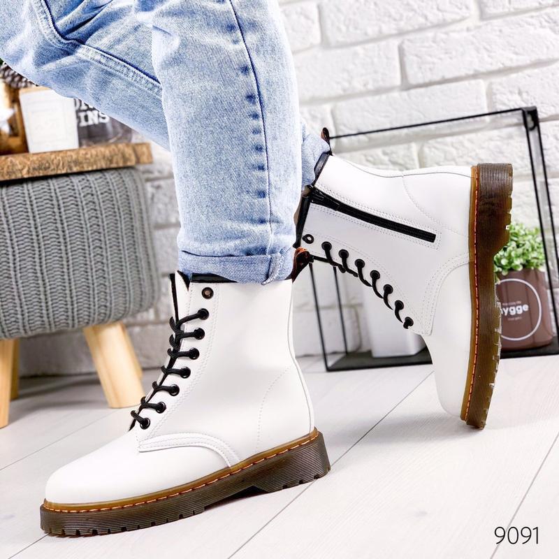 Стильные высокие белые ботинки на шнуровке - Фото 6
