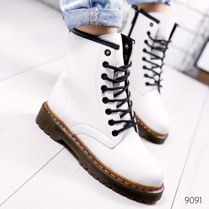 Стильные высокие белые ботинки на шнуровке - Фото 7