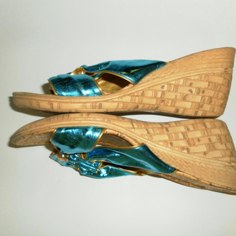 Новые бирюзовые шлепанцы на танкетке с золотым декором - Фото 3