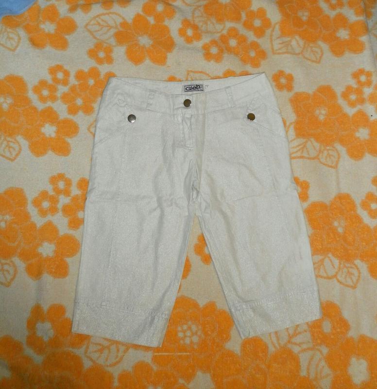 Удлиненные шорты с серебристым напылением, сзади карманы,
