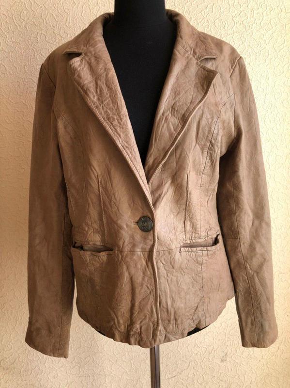 Бежевая кожаная куртка от бренда goosecraft gallery, в идеальн...