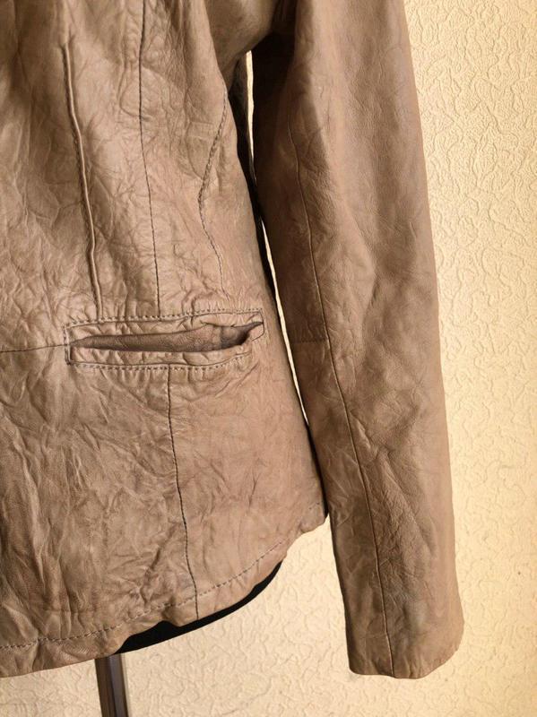 Бежевая кожаная куртка от бренда goosecraft gallery, в идеальн... - Фото 4