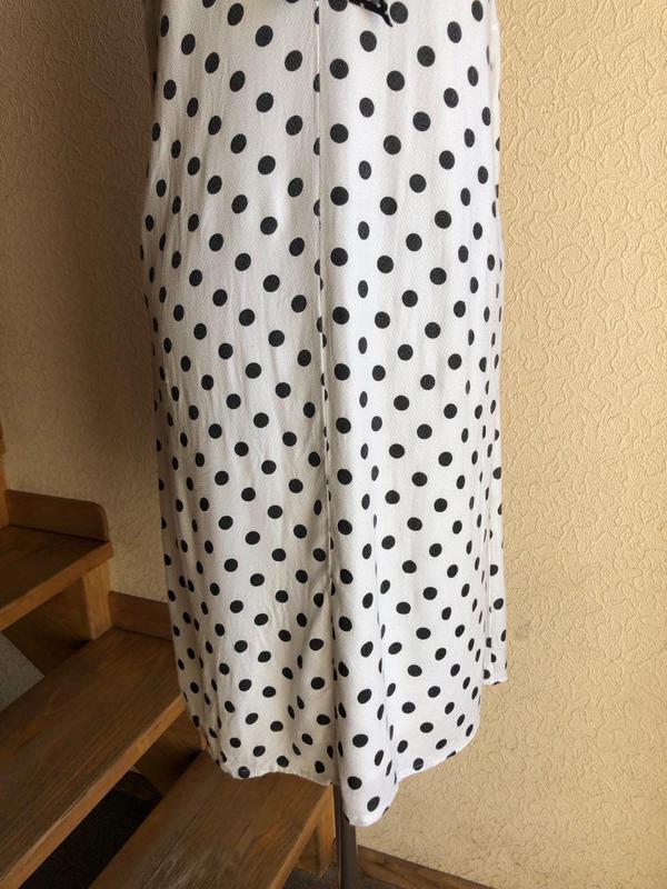 Белое в горошек по колено миди натуральное платье vero moda - Фото 5