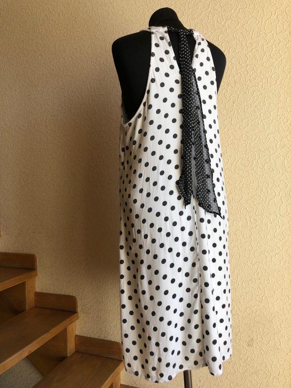 Белое в горошек по колено миди натуральное платье vero moda - Фото 7