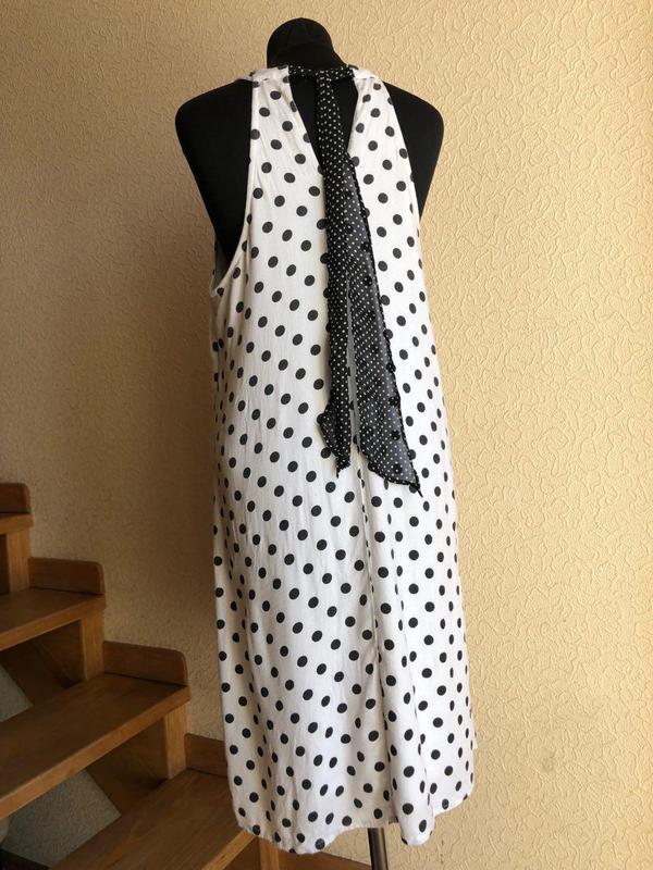 Белое в горошек по колено миди натуральное платье vero moda - Фото 9