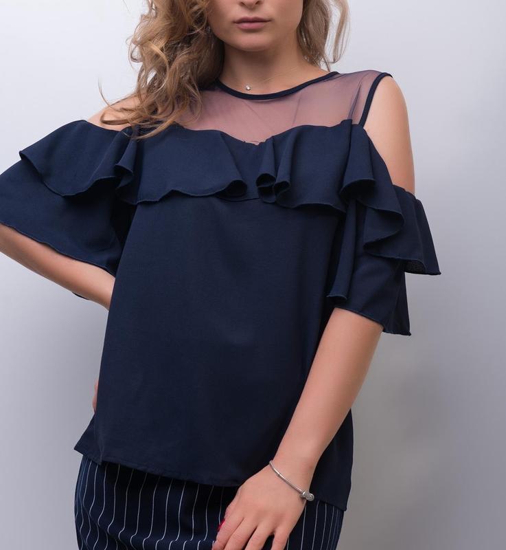Красивая синяя блуза с воланами, оборками