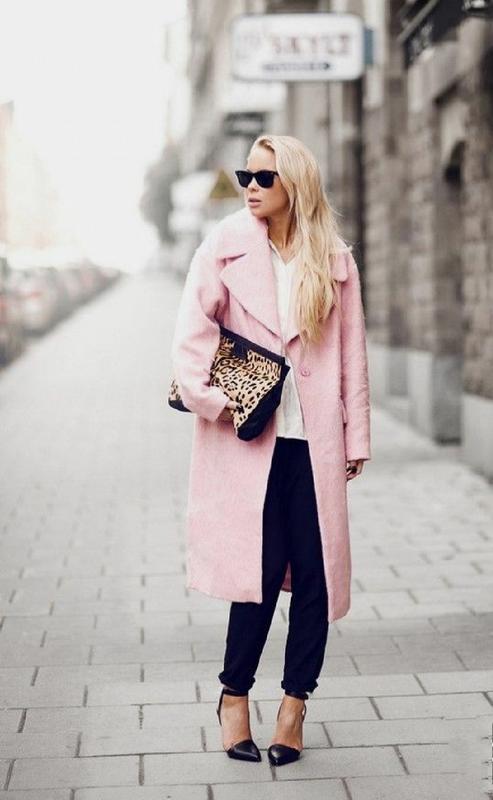 Стильное розовое пушистое пальто