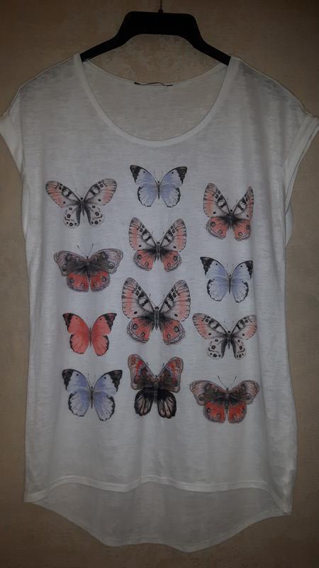 Легкая летняя белая футболка с разноцветными бабочками
