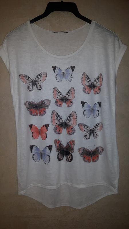 Легкая летняя белая футболка с разноцветными бабочками - Фото 4