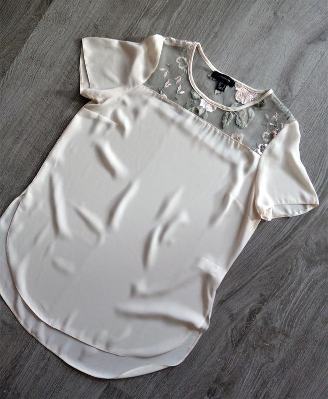 Невероятная кремовая блуза с вышивкой на груди
