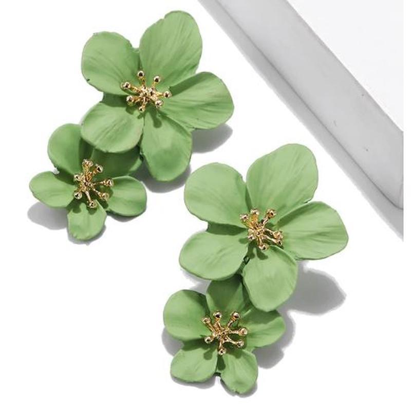 Длинные серьги цветы светло - зеленого цвета